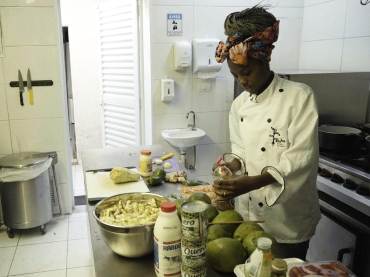 Imagem mostra mulher cozinhando no projeto open taste