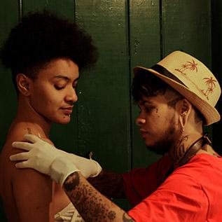 Na imagem, Heitor Sebastian prepara desenho para tatuar uma cliente