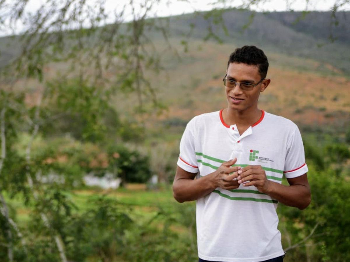 Jovem Rafael Gonçalves aparece usando camiseta branca e com óculos