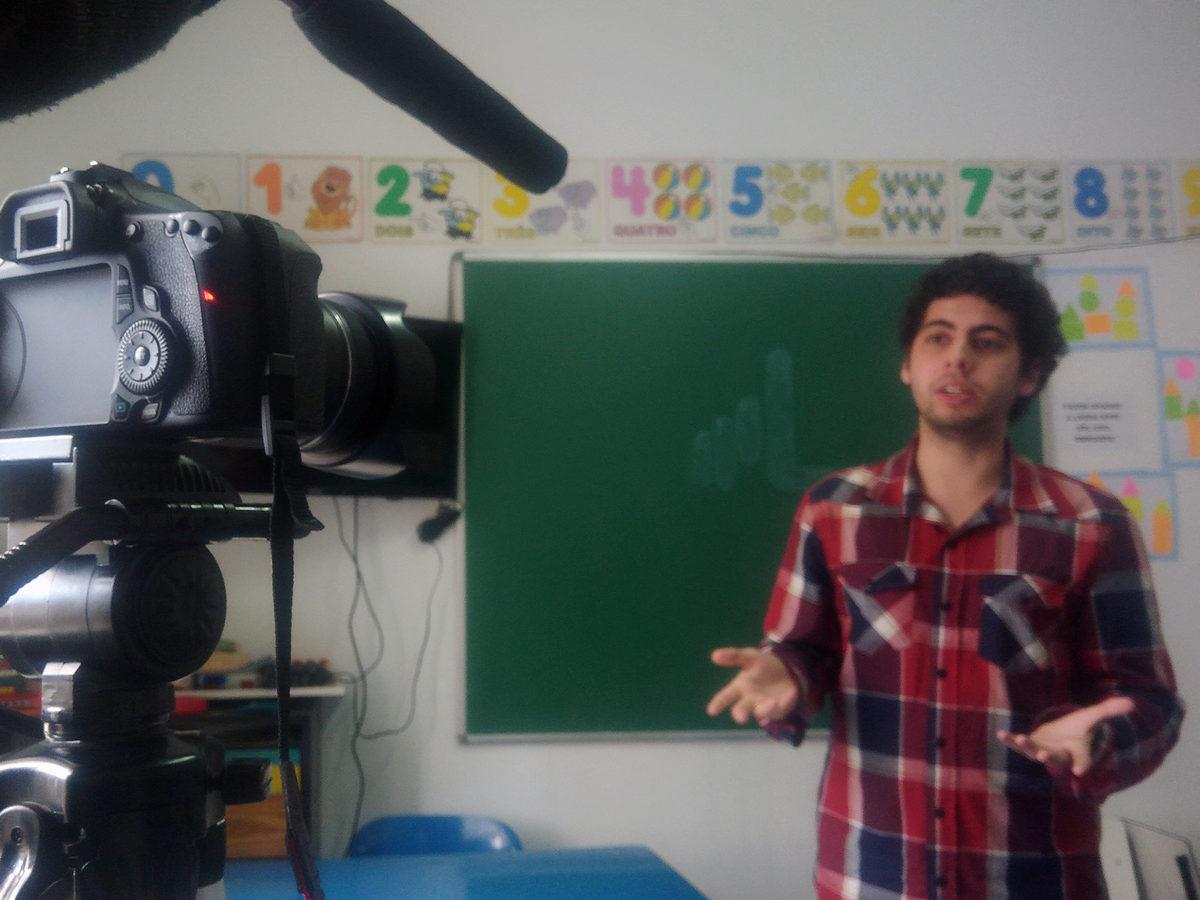Homem faz sinais de Libras. Librol, software que traduz textos em português para Libras.